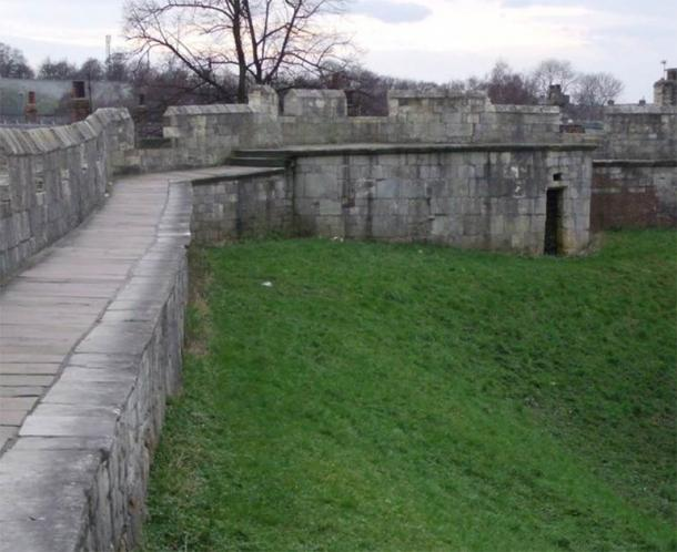 The curiously named Bitchdaughter Tower, on the York wall. This tower was once much larger, 2 or 3 storeys, and used as a Royal prison. (© Matthew Hatton / CC BY-SA 2.0)
