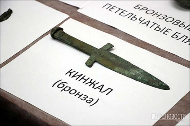The dagger found in the warrior's hand. Pictures: NGS Novosti, Channel12