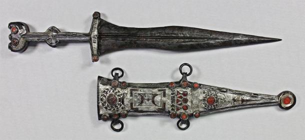 Fortunately, the restorer was able to take the Roman dagger out of its sheath. (LWL-Römermuseum Haltern am See / Facebook)