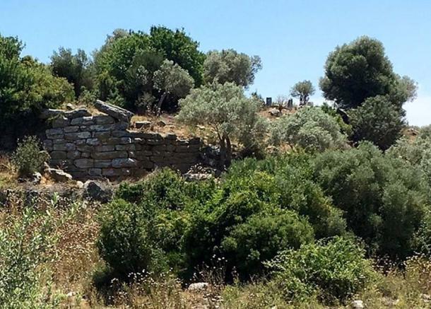 A defensive or containing wall at Bargylia. (Hwhorwood/CC BY SA 4.0)