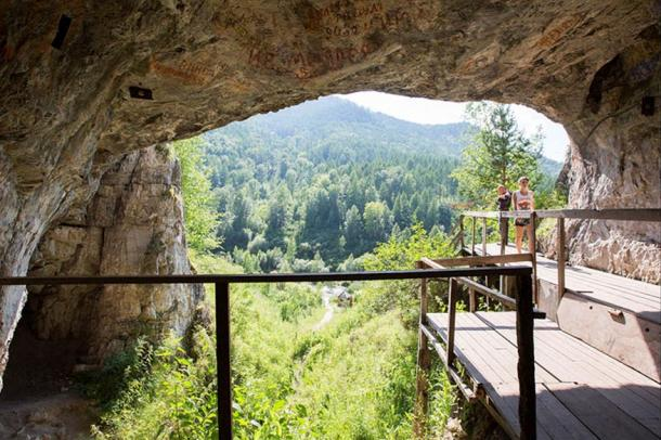 'At this very place, where the cave is located, is in fact a canyon, because the width of the bottom of the valley here is less than the distance between two major peaks - Mount Karakol and Mount Sosnovaya.