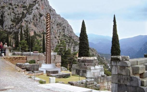 Una reconstrucción digital de la columna de la serpiente.  Sólo la base de piedra se mantiene en Delphi, y la reproducción se sentará encima de ella.