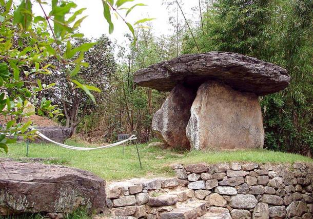 This dolmen is one of the largest dolmens at the Gochang Jungnim-ri Dolmens and are centered in Maesan village, Gochang County, North Jeolla province.