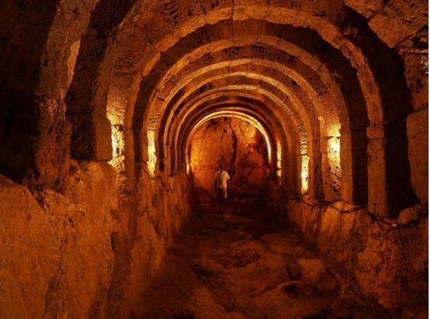 Eerie passages inside the Nekromanteion (Claudia Schulte / Flickr)