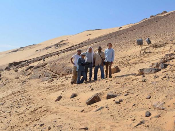 The excavation team and the Egyptian inspectors in November 2015: David Sabel, Aswan inspector Howeyda Mohamed, Amr El Hawary, Aswan chief inspector Shazly Ali Shazly and Ludwig Morenz (from left).