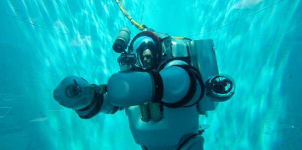 Exosuit (robot exo-traje con operador humano en el interior), desarrollado por la investigación Nuytco.