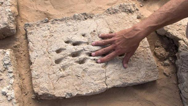 The ancient fingerprints of a worker who helped build a wall in ancient Al Ain. Source: Department of Culture and Tourism - Abu Dhabi / Fair Use.