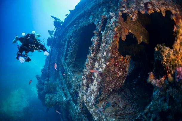 Representation of diver inspecting a shipwreck. Source: Wojciech / Adobe stock