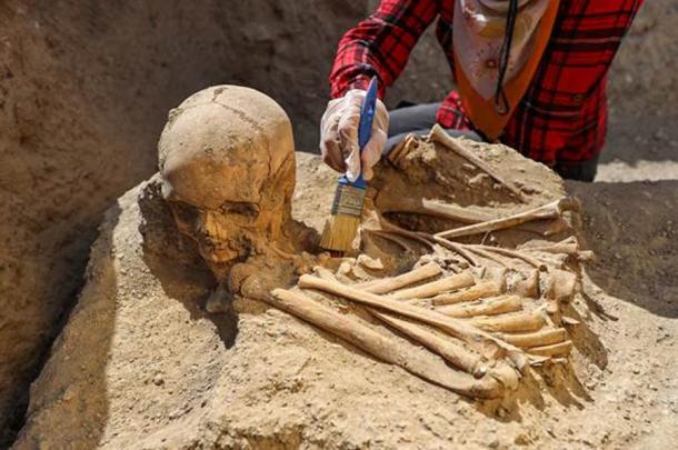 Recently, the Çavuştepe Castle necropolis dig team discovered a new type of Urartu tomb where the dead were buried near a platform structure. The bones of an adult in this tomb were found in a mixed state with the head of the corpse next to its feet as this image clearly shows. Source: Anadolu Agency