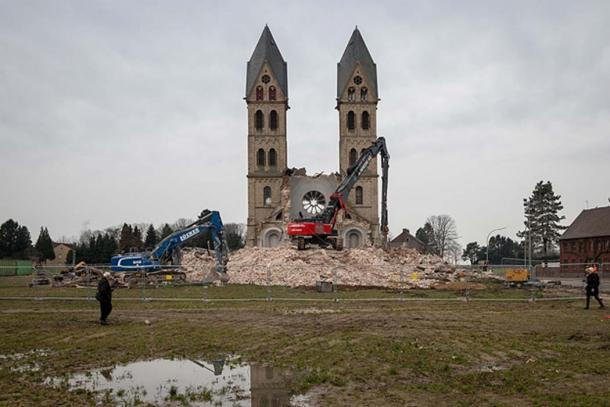 The final demolishing of St. Lambertus' famous two towers.