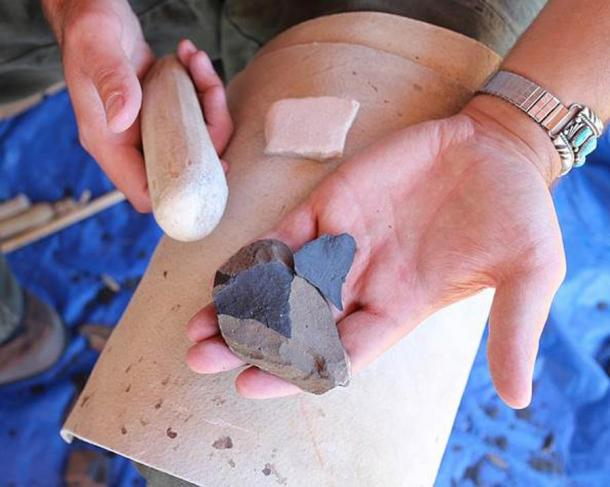 The process of flintknapping a core one flake at a time, a process known to be used by Neanderthals but not as advanced as the branched reduction system that has now been proven by the latest study to be well understood by late Neanderthals. (Tonto National Monument / CC BY 2.0)