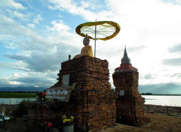 The floating platform above the sunken temple of Wat Tilok Aram