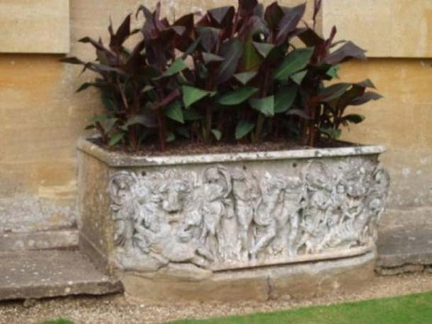 A person visiting Blenheim Palace in 2010 noted that the flowerbed looked like a Roman sarcophagus.