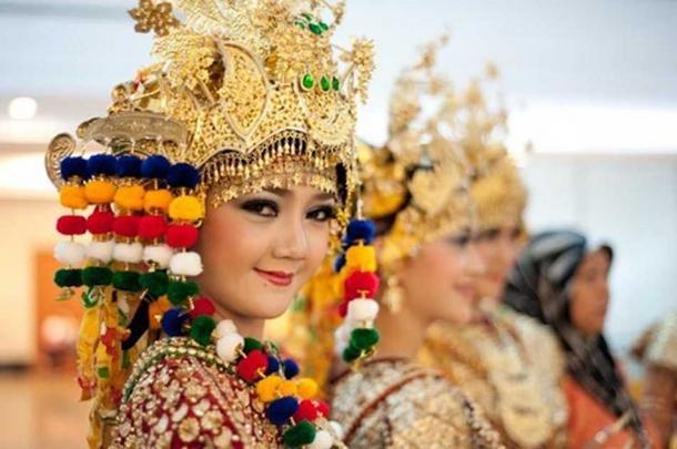 The gilded costume of South Sumatran Gending Sriwijaya dance invoked the splendor of the Srivijaya Empire.