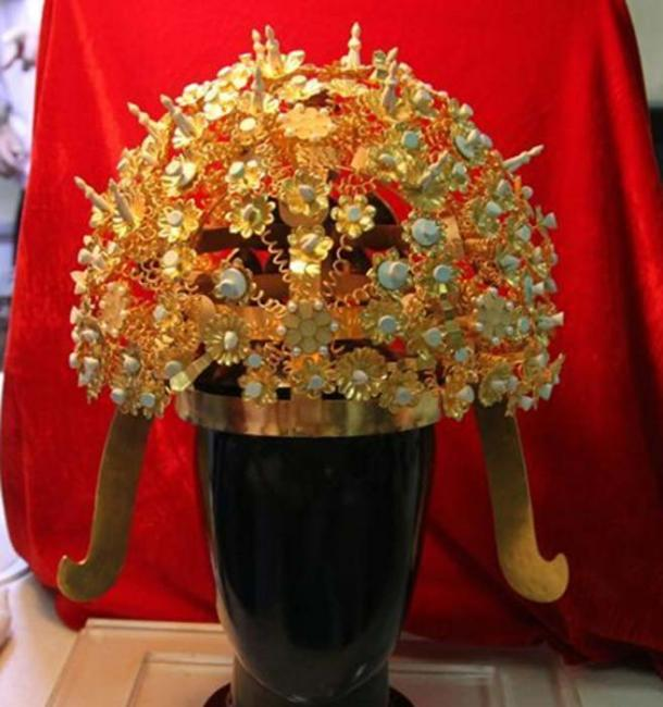 This photo shows the beautiful gilded flowers of the crown after restoration.