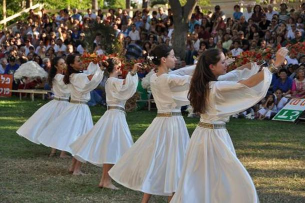 Jewish girls dance in white linen gowns. Although this is during a Shavuot festival (at Kibbutz Gan-Shmuel), similar joyous religious dancing occurs throughout the year and also on Yom Kippur, the most joyous day of the Jewish year. Many features connect back to Akhenaten: pure white linen gowns, joyous dancing and rejoicing in God, and including everyone, even the children (Amos Gil / CC BY 2.5).
