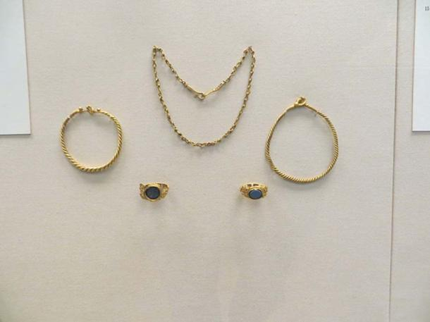 Gold jewelry from Roman times deposited in the mound (British Museum).