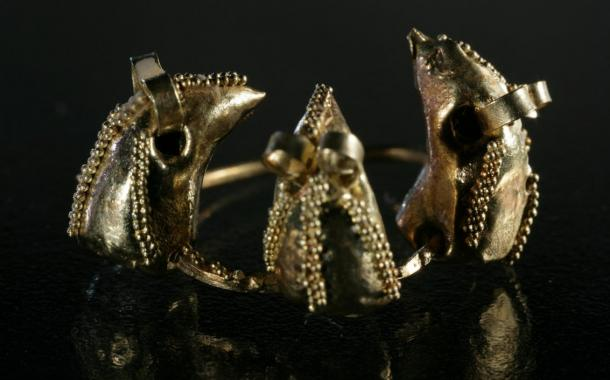 This golden earring decorated with mouse heads was excavated from the Church of the Virgin Mary cemetery in the 1950s.