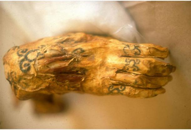 The tattooed hand of the Lady of Cao