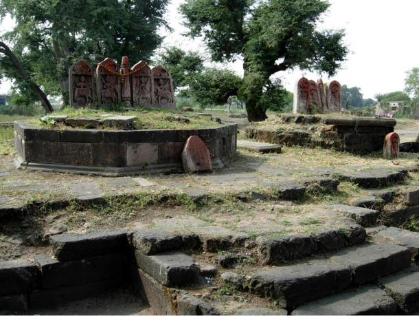 Near the labyrinth in Gedimedu archaeologists have found hero stones like these from from Tirla, Dhar in Madhya Pradesh.