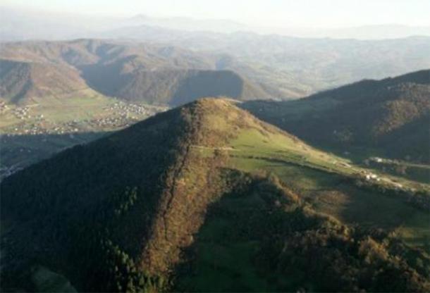 Fotografia di una delle piramidi bosniache