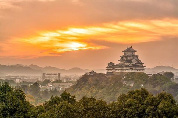 Himeji Castle in the fall, Himeyama Hill, Himeji City, Japan. (f11photo/ Adobe Stock)