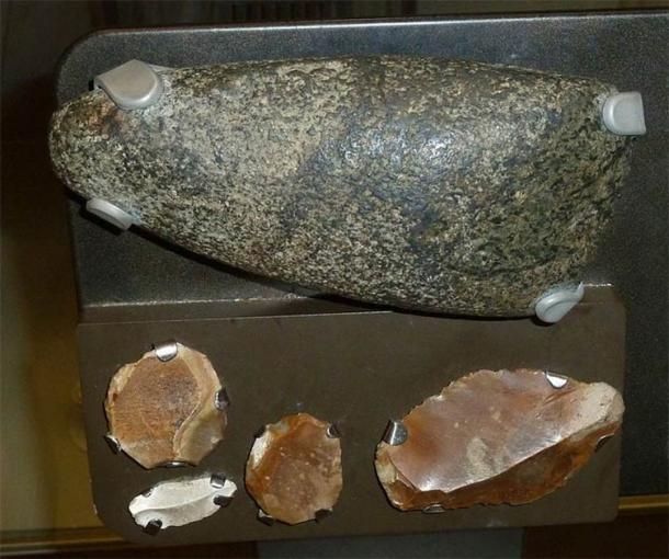 Ejemplos de un hacha neolítica y herramientas de sílex. Co. Down, Irlanda. (Notafly / CC BY SA 3.0)