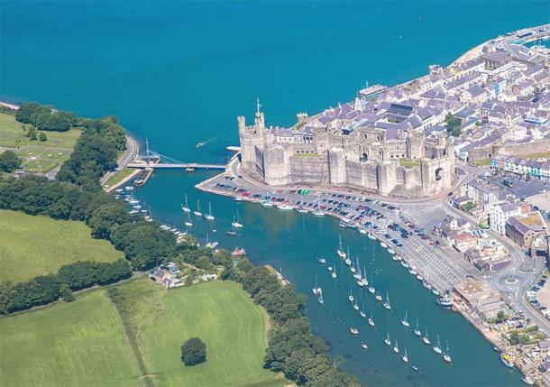 Caernarfon Castle was strategically important for any conquest of northern Wales. The person who controlled the Menai Strait was also in control of the region's food supply. (Kadpot / CC BY-SA 4.0)