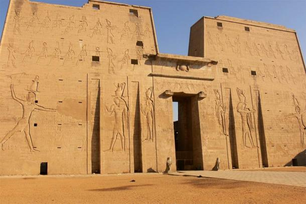 The world-famous Temple of Edfu pylon or monumental gateway. (Walwyn / Flickr)