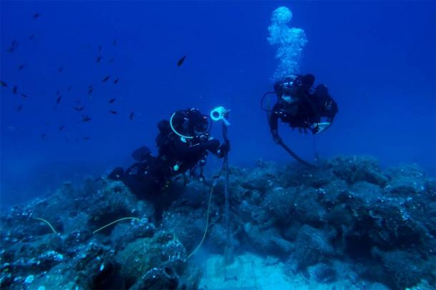 Divers at one of the underwater AI robot locations with countless amphorae on the sea floor. (NOUS)