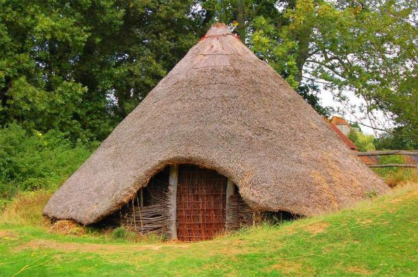 A reconstruction of a British Bronze/Iron Age roundhouse. (Mark_M/CC BY 2.0) Sometimes human remains were interred in the houses of the living.
