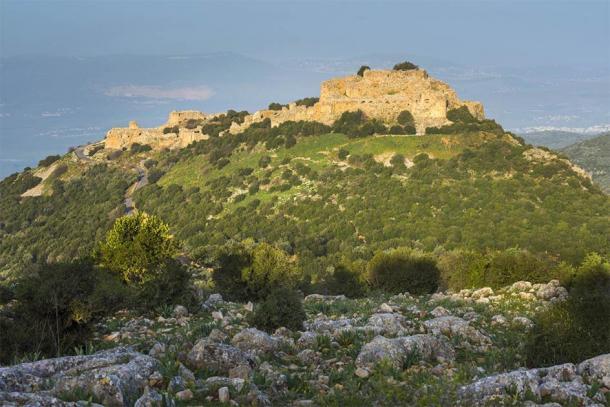 El acantilado cubierto por el castillo de Nimrod, Golan (John Theodor / Adobe Stock)