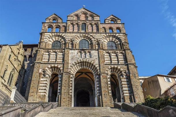The facade of Le Puy Cathedral in Le Puy-en-Velay, France (sasha64f / Adobe Stock)