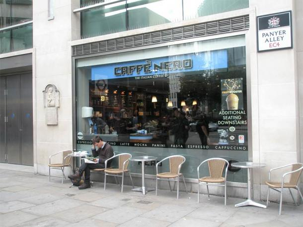 The Panyer Boy relief is beside a Caffè Nero on Panyer Alley. (Bashereyre/CC BY SA 3.0)