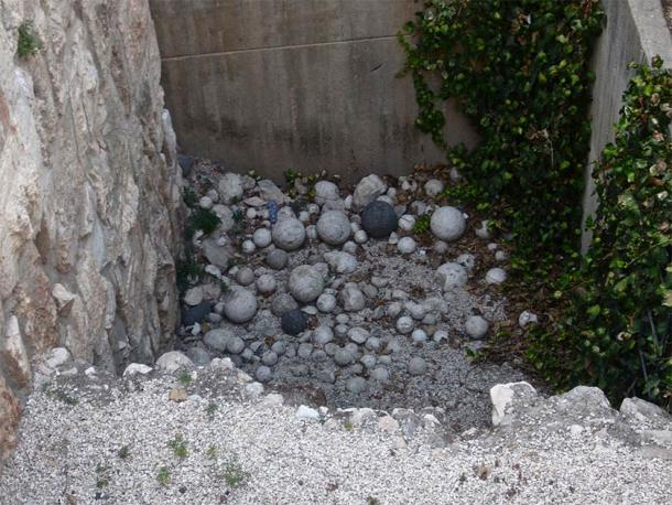 Ballista stones at an ancient site in Jerusalem. (brionv from San Francisco, United States / CC BY-SA 2.0)