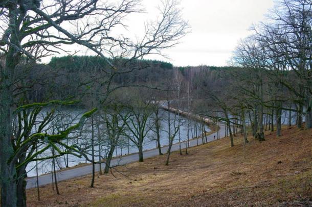 Asveja Lake bridge seen from the Dubingiai Castle hill. (Julius/CC BY SA 3.0)