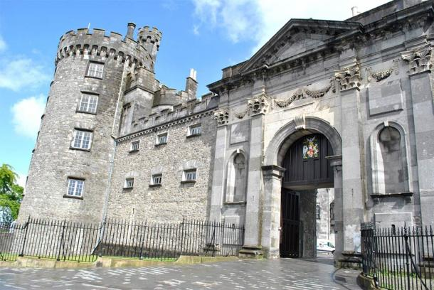 The 18th century gate of Kilkenny Castle (Laurent Prat / Adobe Stock)