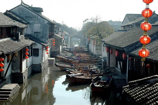 A classic view of the famous side canals of Zhouzhuang, which are so popular with tourists today. (ngader / CC BY 2.0)