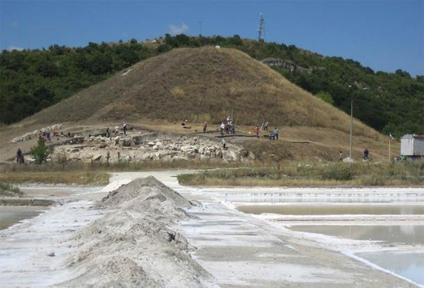 The Provadia-Saltworks tell during excavations in 2008. A new discovery has uncovered what appears to be a representation of some kind of salt god. (Nikolov / OpenEdition Journals)