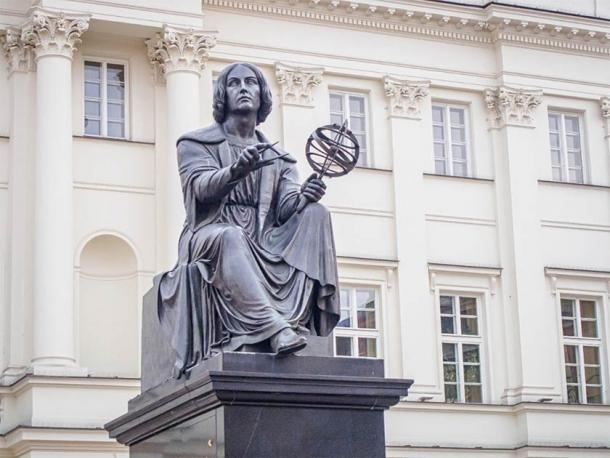 Nicolaus Copernicus Monument (by Bertel Thorvaldsen) in Warsaw, Poland standing in front of the Staszic Palace, the seat of the Polish Academy of Sciences. (Belogorodov / Adobe Stock)