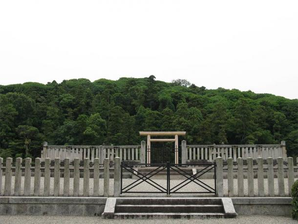 The kofun burial mound, Japan's second largest, where Emperor Ojin, who was deified as Hachiman, is believed to be interred. (I, KENPEI / CC BY-SA 3.0)