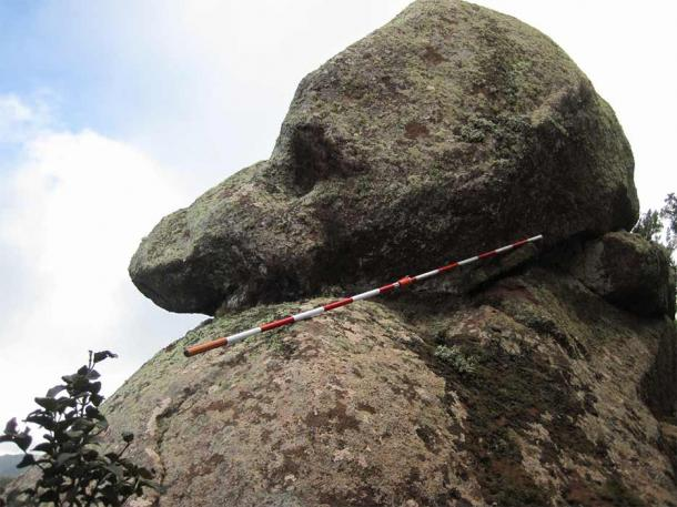 Side view of the dog´s head rock. Note carved eye and canine (zoomorphic) profile