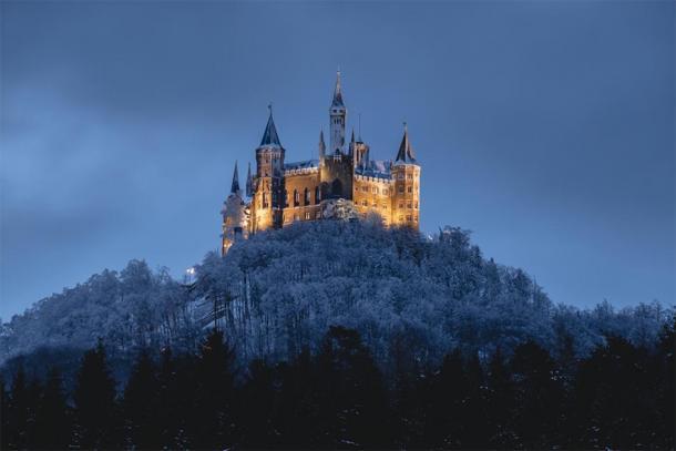 Hohenzollern Castle at night during the winter. (0711bilder / Adobe stock)