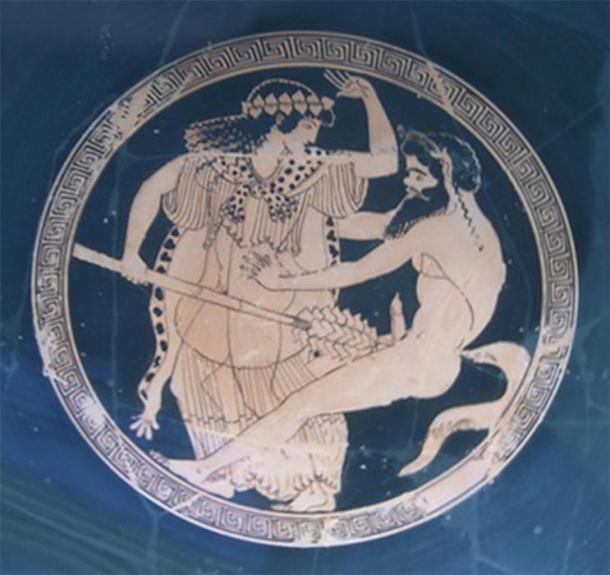 A Maenad thrusting her Thyrus at an enemy. Kylix Munich Macron 2 (Marcus Cyron / CC BY-SA 3.0)