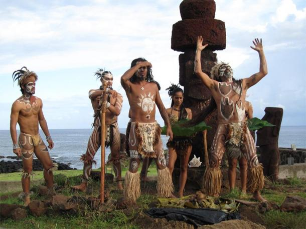 Easter Island natives (the Rapa Nui) with a Moai monolith. (Oficina Regional de Educación / CC BY-NC-SA 2.0)