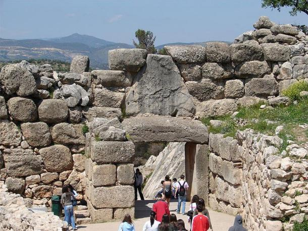 The Lion Gate, Mycenae, Greece: An example of a Category 1 cyclopean wall to the bottom right and a Category 2 ashtar wall in the center, very similar to what I observed in Machu Picchu. (CC BY-SA 2.5)