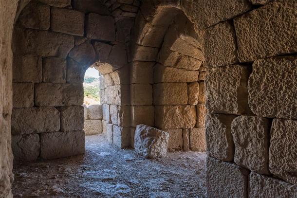 Salón en el nivel inferior del castillo de Nimrod ubicado en la Alta Galilea, en el norte de Israel, en la frontera con el Líbano. (svarshik / Adobe Stock)