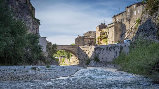 The Roman bridge of Vaison la Romaine with the medieval town on the right (Laurent / Adobe Stock)