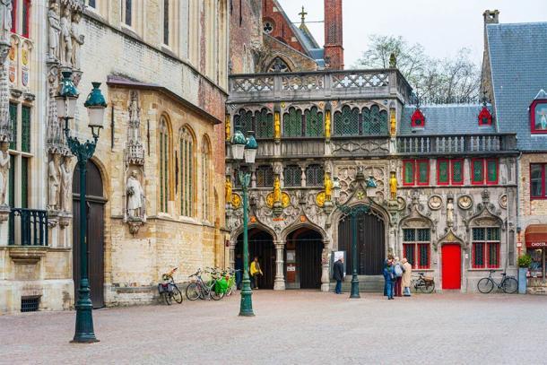 Vue extérieure de la basilique ornée du Saint-Sang à Bruges, Belgique (ilolab / Adobe Stock)