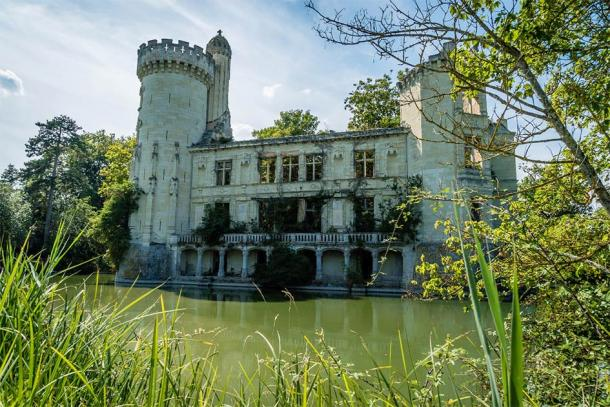 A classic view of the water-encircled Château de la Mothe-Chandeniers in France. Source: Stephane Debove / Adobe Stock.